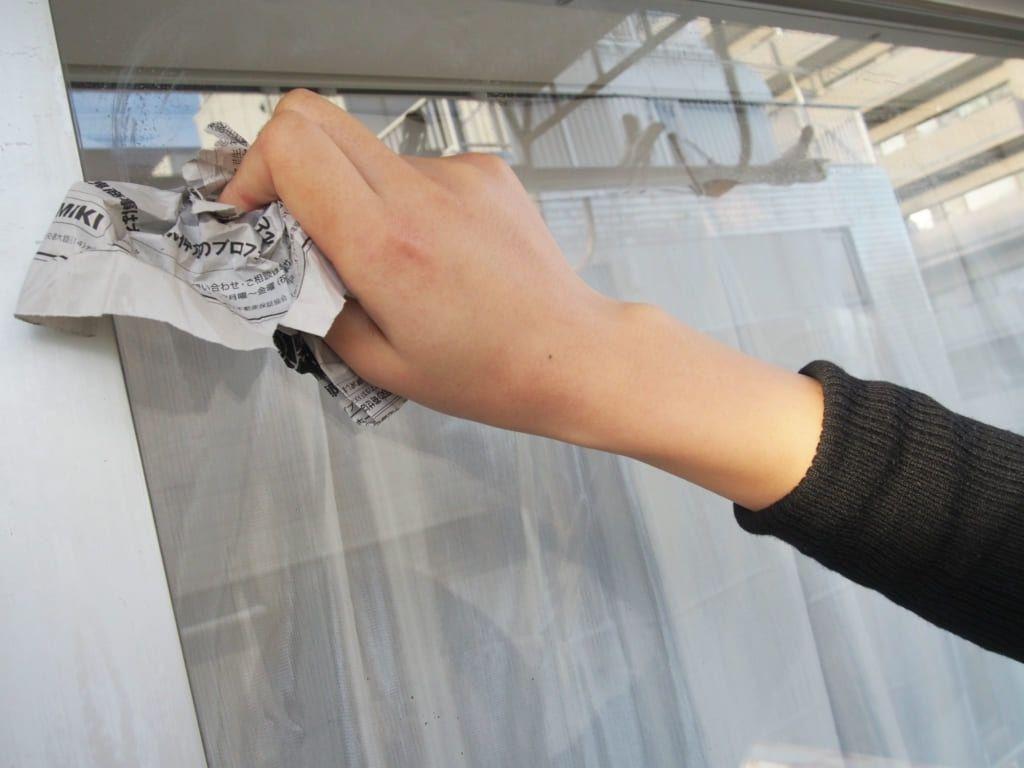 新聞紙で窓掃除