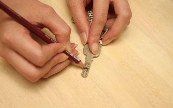 鍵に鉛筆を塗る
