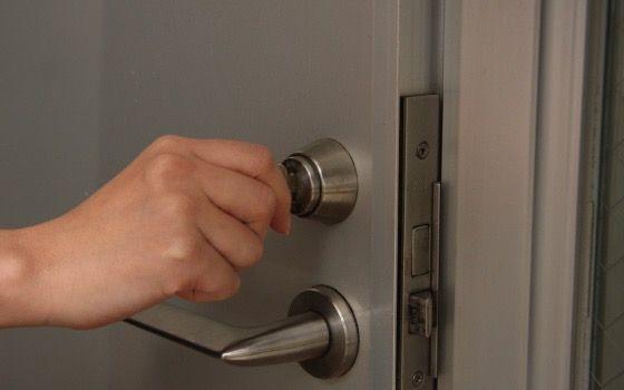 鍵を差し込んでガチャガチャ