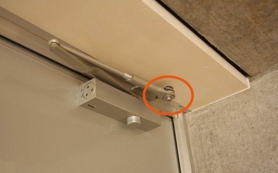 ドアクローザーのストップ調整部分のネジ