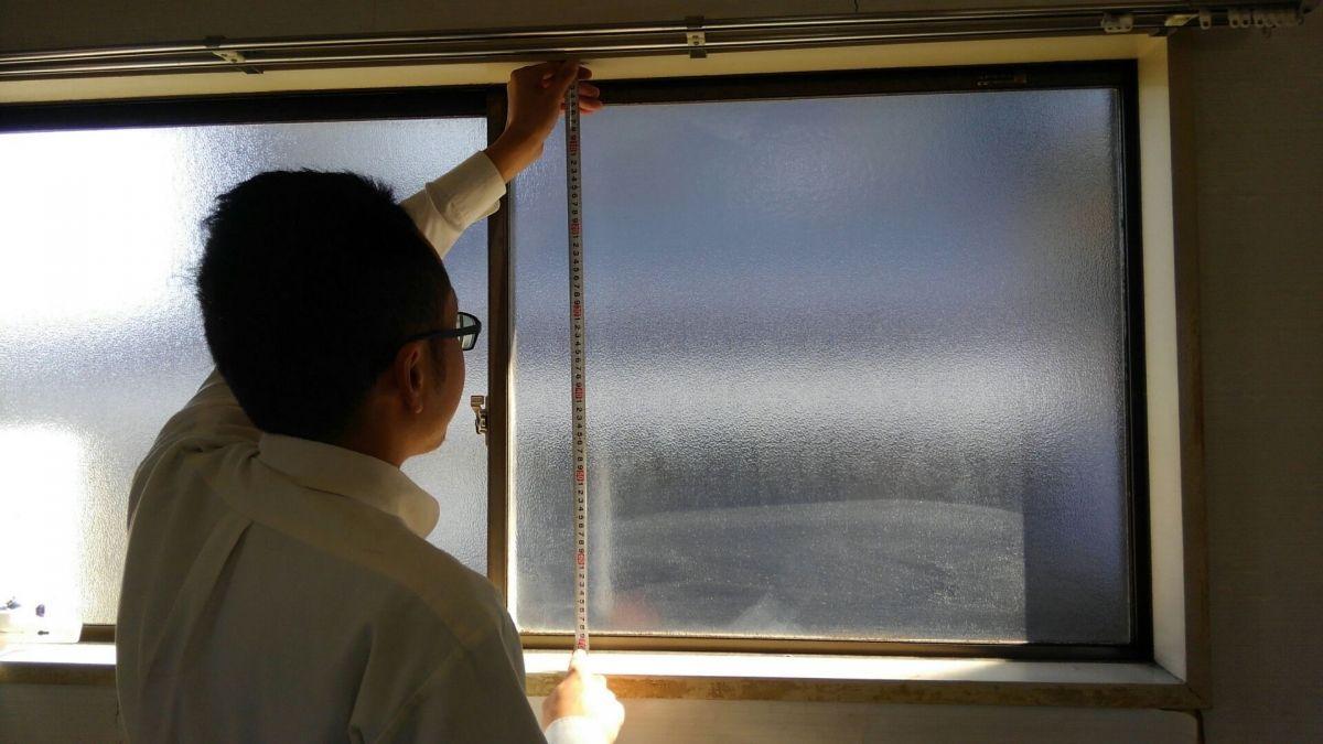 窓枠の内側縦のサイズを測る(左・中央・右)