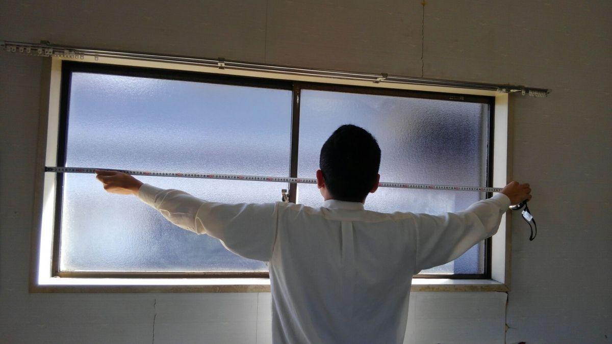 窓枠の内側横のサイズを測る(下・中央・上)
