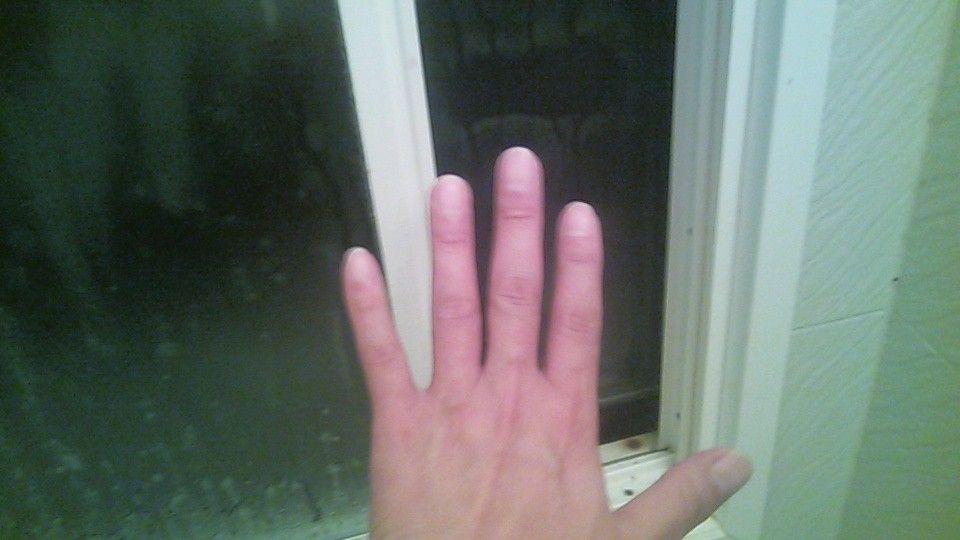 窓に手をかざすと冷たい空気