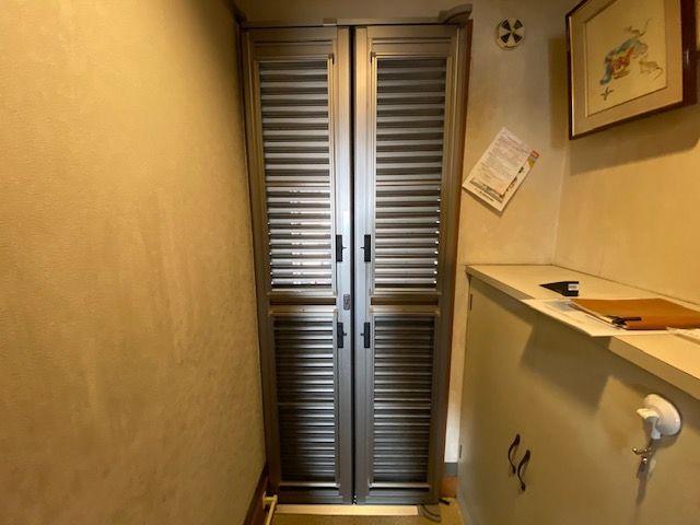 玄関ドア用ルーバー網戸の施工事例