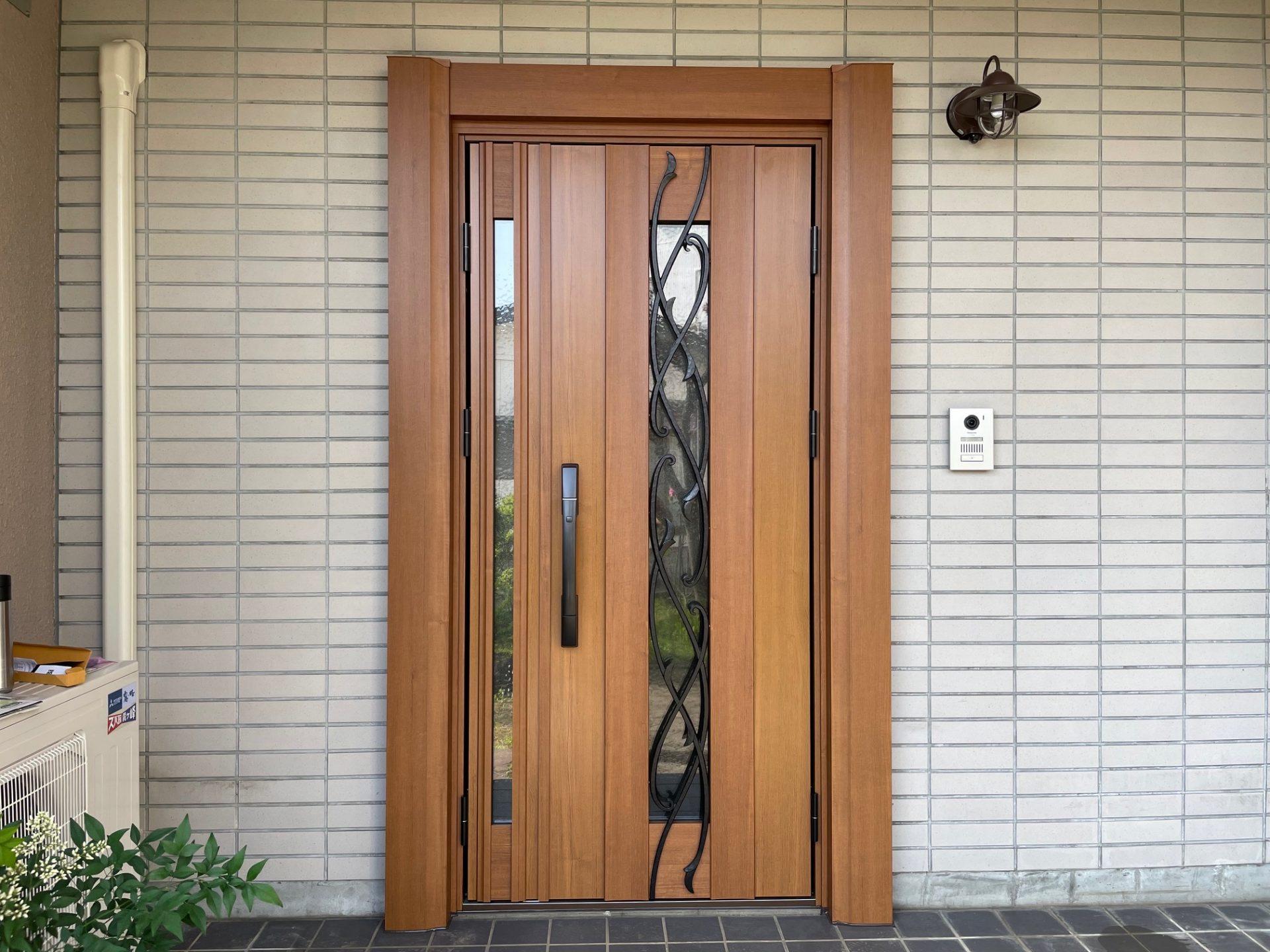 長岡市 玄関ドア交換工事~大きな額縁で重厚感ある玄関を演出!