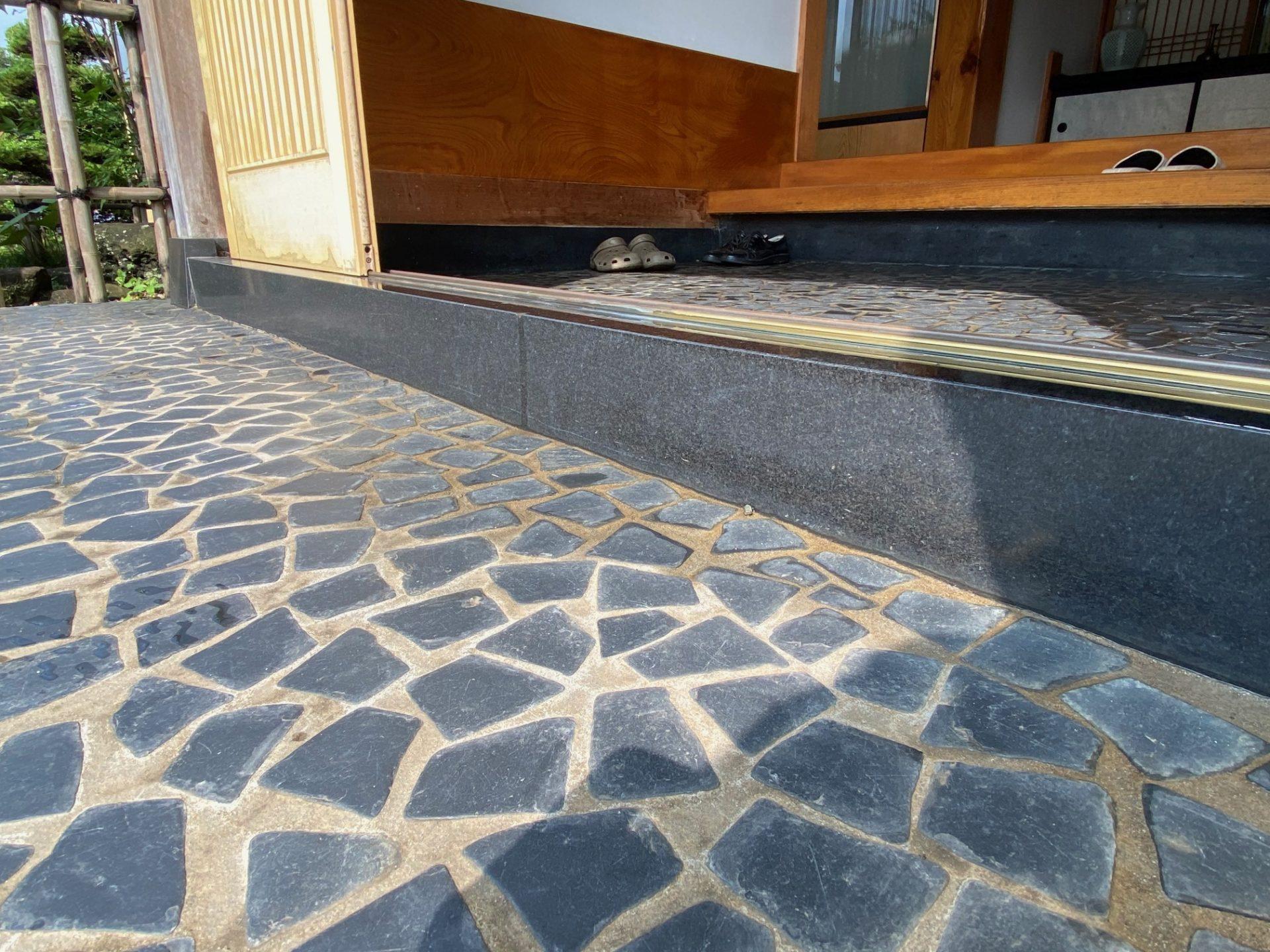 燕市 段差を解消する玄関引戸のリフォーム